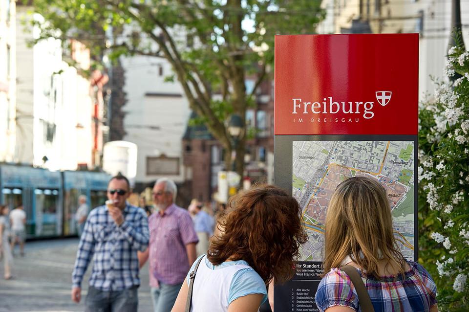Stele des Fussgaengerleitsystems in Freiburg