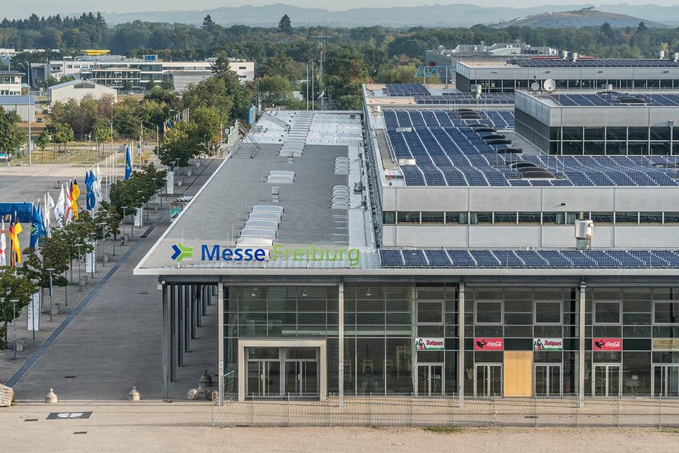 Sonnenkollektoren auf dem Dach der Messe Freiburg
