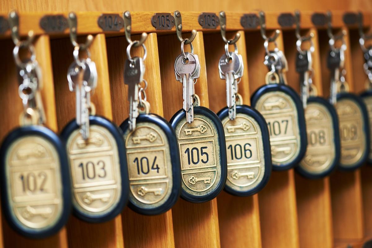 Hotelschlüssel an Schlüsselbrett