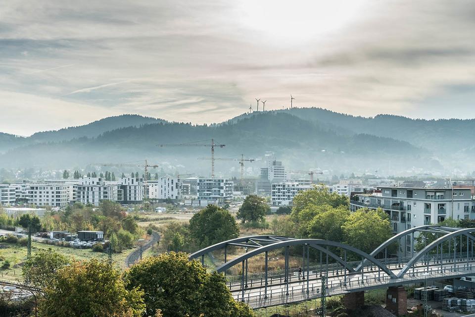 Blick auf Freiburg und Windräder im Hintergrund| Freiburg Güterbahnhof Copyright FWTM-Spiegelhalter