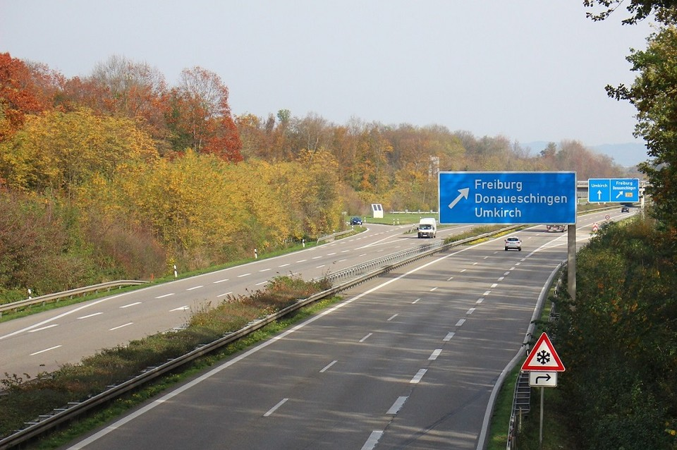 Autobahn mit Ausfahrtschild Freiburg