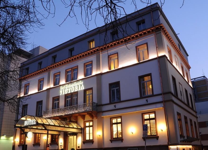 Abendliche Außenansicht des Hotels Victoria in Freiburg