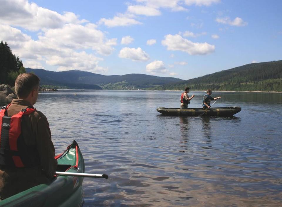 Zwei Kanus auf einem See