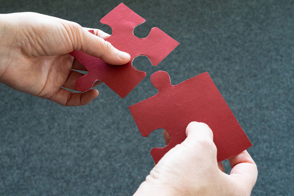 Zwei ineinander passende Puzzleteile
