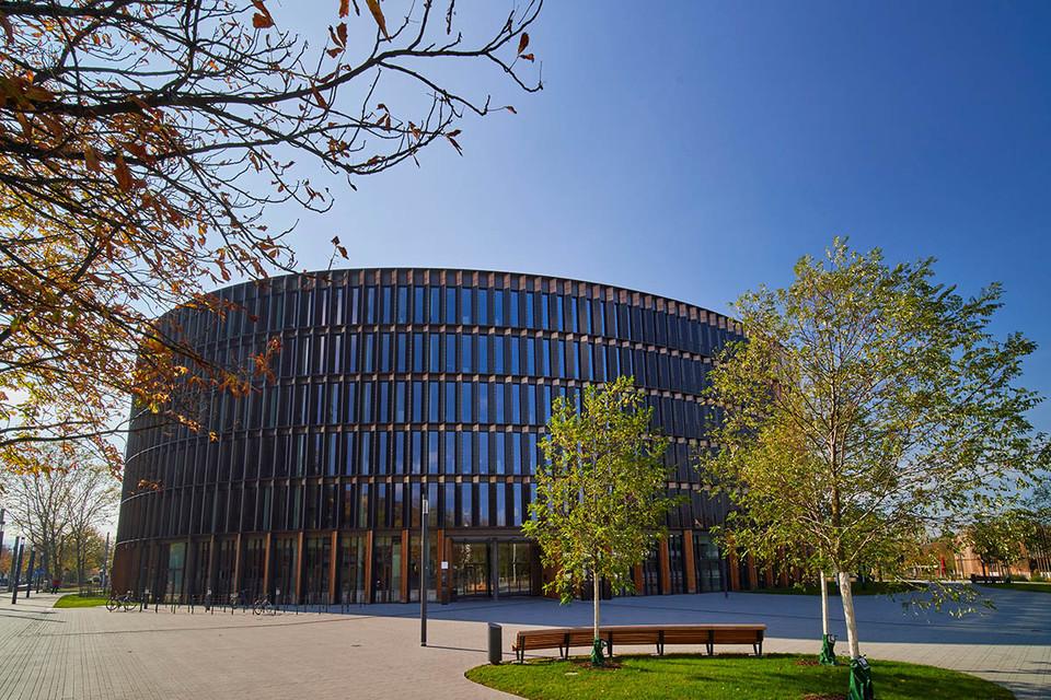 Rundes Gebäude mit Solarzellen