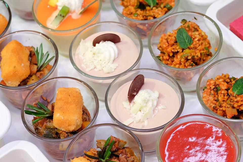 Auswahl leckerer Dessertvariationen in Gläschen| Freiburg Plaza Culinaria Copyright FWTM-Kaeflein