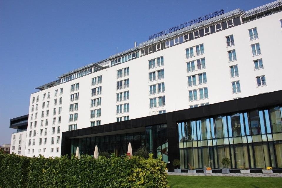 Blick auf Fassade des Hotel Stadt Freiburg