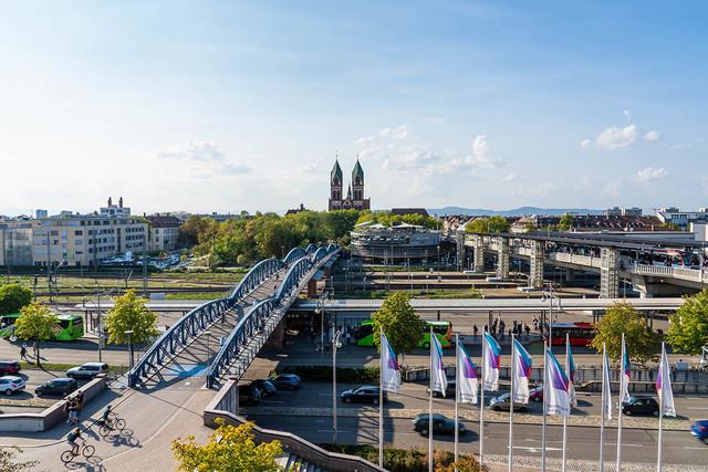 Blick auf Wiwilíbrücke und Herz-Jesu-Kirche in Freiburg